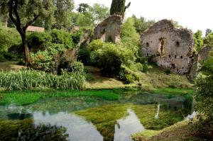 Ninfa, città medioevale, feudo dei Frangipane e poi dei Caetani, fu abbandonata nel '600 per la malaria. Rimangono avanzi delle mura, ruderi di case, di chiese e, davanti ad un laghetto alimentato da una sorgente carsica, i resti del castello Caetani con bifore e torri; sulle acque del fiume Ninfa è il Ponte del Macello a 2 archi. Intorno alle rovine,si stende l'Oasi di Ninfa, area protetta di 1800 ettari, gestita dalla Fondazione Caetani, dal WWF e dalla Lipu.L'orto botanico ha varie piante esotiche